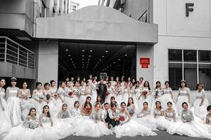 Групповое фото девушек в свадебных платьях во дворе университета в Хошимине вызвало у пользователей Сети особое любопытство