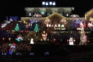 К новогодним праздникам семья из Англии украшает свой дом гирляндами из 150 000 огоньков: светят так ярко, что по ним ориентируются местные
