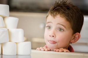 """Съесть или потерпеть и получить больше? """"Зефирный тест"""" показал, что дети зависимы от мнения окружающих, особенно учителей"""