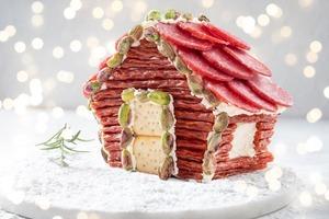 Чудо на новогоднем столе: как удивить гостей домиком-шале из мясных и рыбных продуктов