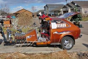 Создан невероятный трицикл «Франкенштейн». В нем двигатель от Ford, задняя часть от Chevrolet и рождественская елочка в багажнике