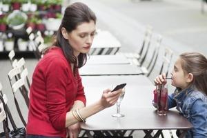 Прямая взаимосвязь? Мама с папой постоянно сидят в телефонах, а потом жалуются на поведение детей