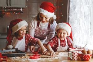 Праздничный дух уже витает в воздухе! Чтобы создать волшебную атмосферу, пеку ароматные медовые пряники (смотреть рождественские фильмы по в