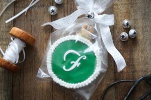 Яркое печенье в виде елочной игрушки: идея сладкого подарка, сделанного своими руками