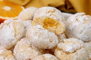 Эти печеньки с апельсиновым джемом напоминают мне о приближении Нового года: ароматные и нежные (не хуже, чем в кондитерской)