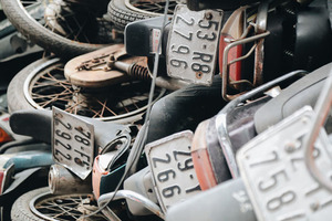 Большие проблемы маленькой мото-страны: сотни брошенных скутеров свозят к автобусной станции Сайгона, но за ними почти никто не приходит