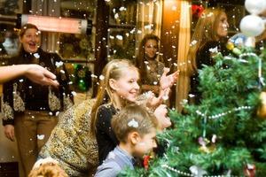 За едой и развлечениями в новогодние праздники не забывайте о безопасности детей: от чего их нужно беречь в эти дни, чтобы потом не пришлось
