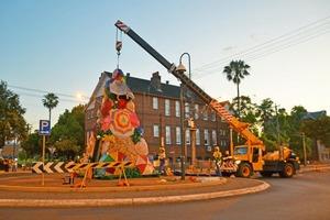 В австралийском городе Лисмор живут веселые люди: они превращают мусор в рождественские елки