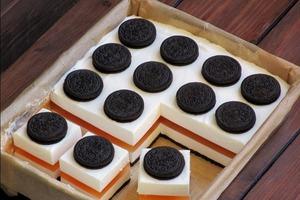 Сливочно-апельсиновый тортик с шоколадным печеньем нравится всем, кто его пробует: готовится быстро и без выпечки