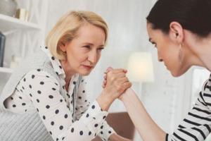 Если мама контролирует жизнь даже после 40 лет: как вырваться из родительской ловушки