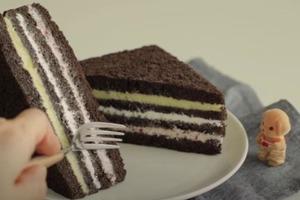 Нестандартный десерт: сладкий сэндвич со взбитыми сливками, сгущенным молоком и клубничным вареньем
