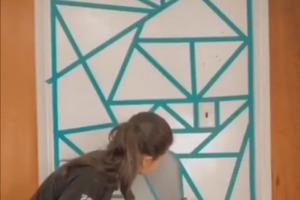 Не нашла обои с подходящей геометрией: малярный скотч и краска помогли решить ситуацию