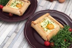 На завтрак готовлю усовершенствованные тосты: по краям кладу кусочки сыра, заворачиваю и выпекаю вместе с яйцом