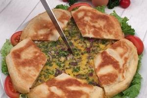 Сытно, празднично и очень вкусно: когда собираются гости, я готовлю свой фирменный пирог с ветчиной, картофелем и сыром, а затем заливаю его