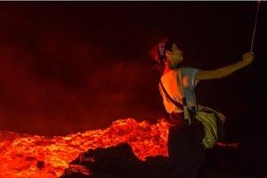 Туристы на Гавайях готовы рисковать жизнью ради селфи на фоне извергающегося вулкана Килауэа: фото