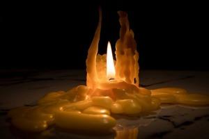 """Что делать с остатками свечей? Точно не выбрасывать: воск и обувь в зиму защитит, и станет """"зажигалкой"""" для камина"""