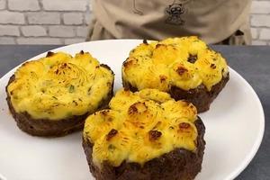 Мясной пирог с грибами, сыром и картофельным пюре: сочная и невероятно вкусная выпечка