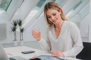 Маленькое зеркало на столе: секреты похудения современных девушек, работающих в офисе