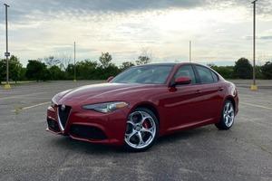 Alfa Romeo Giulia 2.0T 2021 года: компактный спортивный седан класса люкс с улучшенной динамикой вождения