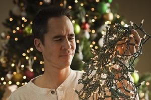 Когда придет время, обмотайте вокруг вешалки: эксперты рассказали, как хранить новогоднюю гирлянду после праздников