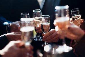 Сладкое игристое на первом месте: стало известно, какое вино предпочитают жители России