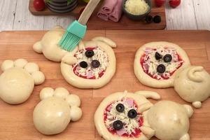 Когда хочу привлечь внимание коллег, готовлю свои любимые мини-пиццы в виде котят. Такая милая закуска не останется незамеченной