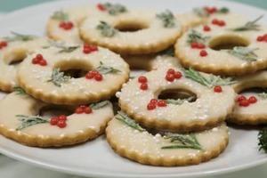 Лимонное хрустящее песочное печенье, украшенное в рождественском стиле