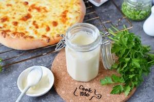 Домашние любят пиццу. Научилась готовить белый соус, чтобы получать новый вкус блюда