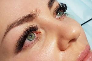 При использовании накладных ресниц следует обращать внимание на состав клея, чтобы не потерять зрение