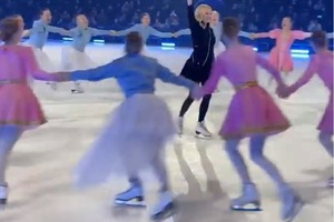 Необычный, но приятный подарок: участники ледового шоу Плющенко и Рудковской поздравили Яну с 46-летием