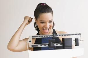 Синие тарелки и свечи с ароматом ванили: 10 научных советов, помогающих похудеть
