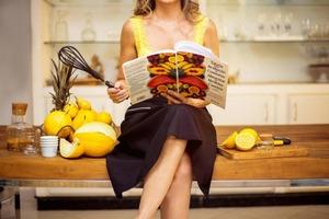 Кулинарным книгам здесь не место: что стоит убирать со столешницы, чтобы сохранять кухню опрятной
