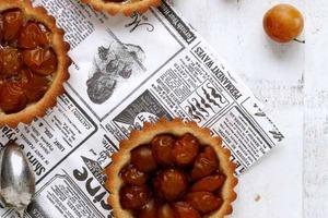 Песочные тарталетки со сливами и миндалем: вкусное угощение и оригинальное украшение стола