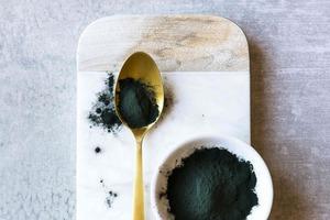 Скраб со спирулиной поможет в борьбе со свободными радикалами: 3 рецепта домашних скрабов