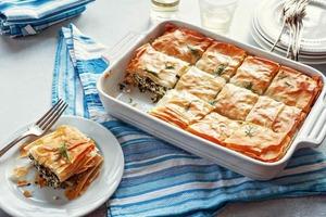Тонкое тесто, сыр и шпинат: аппетитный пирог для тех, кто не ест мясо