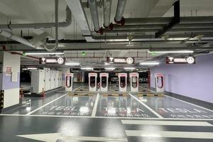 Есть где подзарядиться: Tesla построила самую большую в мире зарядную станцию для электромобилей