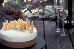 Молочно-шоколадный муссовый торт с тонким ароматом шампанского - один из лучших десертов для праздников