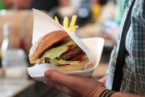 Люди, выбирающие холодную пищу в кафе, с большей вероятностью покупают дополнительные закуски, говорится в исследовании