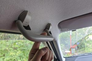Помощь пожилым людям: названо назначение ручки на потолке автомобиля со стороны водителя