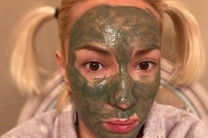 Череда витаминов, маска на лице и красные глаза: Лера Кудрявцева рассказала, как проводит время, лечась от коронавируса