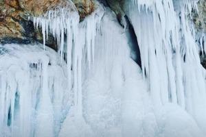 На Байкале заметили необычные сталактиты, которые напоминают зимние деревья