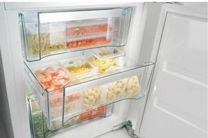 Выстелить дно контейнеров с овощами и фруктами бумагой. Идеи, как организовать пространство холодильника и морозилки