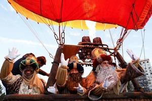"""""""Три Мудреца"""" на воздушном шаре пролетели над Севильей, после того как в Испании были отменены традиционные уличные парады по случаю Крещени"""
