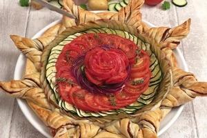 """Гости остались довольны: изысканный пирог-солнышко с """"розой"""" из овощей"""