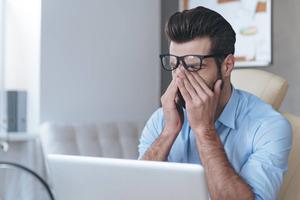 Что делать, если пересыхают глаза во время работы за компьютером: жирная рыба, фрукты и вода помогут