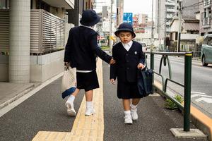 Повышение иммунитета и ходьба босиком: как японские родители адаптируют своих детей к зимней погоде
