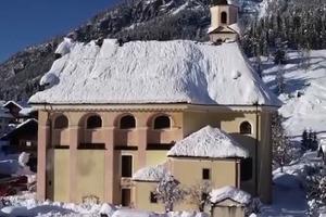 Огромные снежные горы в Испании: с крыш церквей и зданий стараются снять тонны снега