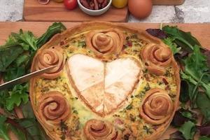 """""""Букет"""", который не оставит равнодушным как женщин, так и мужчин: красивый пирог с сытными розочками и сердцем из камамбера"""