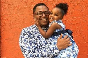 36-летний папа сам шьет для своей дочери наряды, и они великолепны: фото