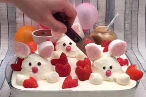 """Клубничное искушение для детей и взрослых: готовим нежнейший тирамису с """"кроликами"""" из зефира"""